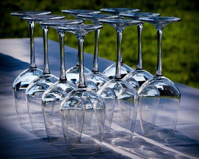 Kieliszki do wina nie powinny być gromadzone w pojemnikach na szkło