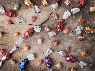 gdzie wyrzucac papierki po cukierkach 400x300 - Gdzie wyrzucać papierki po cukierkach ?