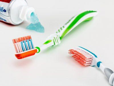 gdzie wyrzucic tubke po pascie do zebow 400x300 - Gdzie wyrzucić tubkę po paście do zębów ?